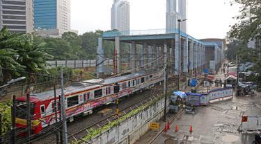Suasana pembangunan proyek Stasiun Sudirman Baru di Jakarta, Minggu (23/7). Proyek tersebut merupakan salah satu dari 5 stasiun yang dibangun khusus untuk menunjang Kereta Bandara Soetta. (Liputan6.com/Immanuel Antonius)