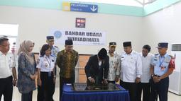 Presiden Joko Widodo menandatangani prasasti Bandara Wiriadinata Tasikmalaya, Jawa Barat (27/2). Bandara tersebut sudah terlihat nyaman, dan ada tiga counter untuk chekin dengan jumlah kursi yang bisa menampung 120 penumpang. (Liputan6.com/Angga Yuniar)