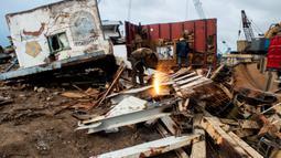Aktivitas pekerja pemotongan kapal tua di Cilincing, Jakarta, Kamis (13/2/2020). Proses daur ulang ini dilakukan dengan cara memotong kapal menjadi bagian-bagian kecil yang kemudian dijual sebagai besi tua. (Xinhua/Agung Kuncahya B.)