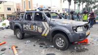 Satu mobil polisi yang sering digunakan untuk patroli, dirusak massa di Jalan Daan Mogot, Batu Ceper, Tangerang, Kamis (8/10/2020). (Pramita Tristiawati)