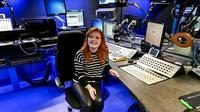 Lucy Edwards saat duduk di studio Radio 1 (Instagram/lucyedwardsofficial).