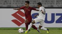 Gelandang Timnas Indonesia, Andik Vermansah, berusaha melewati bek Timor Leste, Jose Guterres, pada laga Piala AFF 2018 di SUGBK, Jakarta, Selasa (13/11). (Bola.com/Yoppy Renato)