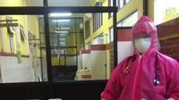 Ferny Listiawati, istri Anggota KPU Bangkalan, Sairil Munir saat bertugas di ruang isolasi RSUD Syamrabu