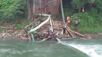 Jembatan Sikabu yang menjadi jalur alternatif menuju lokasi kegiatan MTQ ke-27 Nasional ambruk. (Liputan6.com/ ist)