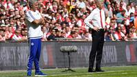 Arsene Wenger dan Jose Mourinho menyaksikkan permainan anak asuhnya di laga Community Shield 2015 pada hari Minggu (2/8/2015) di Stadion Wembley, London Inggris. (EPA/Facundo Arrizabalaga)