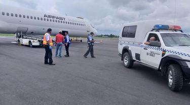 Pesawat Air Fast PK-OCS yang memberangkatkan jenazah WNA korban penembakan KKB di Papua pada Senin 30 Maret 2020. (dok Polda Papua)