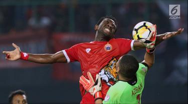 Pemain depan Persija, Osas Saha (kiri) berebut bola dengan kiper Selangor FA, M Khairulazhan B Khalid saat laga persahabatan di Stadion Patriot Candrabhaga, Bekasi, Kamis (6/9). Persija kalah 1-2. (Liputan6.com/Helmi Fithriansyah)