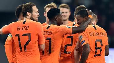 Para pemain Belanda merayakan gol yang dicetak Georginio Wijnaldum ke gawang Belarusia pada laga Kualifikasi Piala Eropa 2020 di Minsk, Minggu (13/10). Belarusia kalah 1-2 dari Belanda. (AFP/Sergei Gapon)