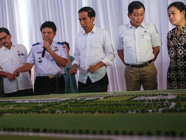Presiden Joko Widodo didampingi Menhub Ignasius Jonan meninjau maket Bandara Internasional Kertajati di Majalengka, Jawa Barat, Kamis (14/1). Bandara ini memiliki desain panjang runway 3.000 meter dan lebar 60 meter. (Liputan6.com/Faizal Fanani)