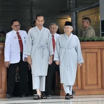 Bakal calon presiden dan wakil presiden Joko Widodo atau Jokowi (kiri) dan KH Ma'ruf Amin (kanan) sebelum tes kesehatan di RSPAD Gatot Subroto, Jakarta, Minggu (12/8). Jokowi mengaku sudah berpuasa dari semalam. (Merdeka.com/Iqbal Nugroho)
