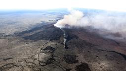Abu vulkanik terlihat usai terjadinya letusan Gunung Kilaueaa di Hawaii, (3/5). Saat gunung meletus, juga terjadi gempa bumi berkekuatan 5.0 SR. (Survei Geologi AS via AP)