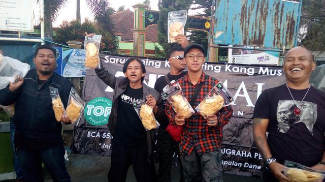 Kang Mus (Epy Kusnandar) dan beberapa pemain film Preman Pensiun lainnya tengah menjajakan dagangan Kicimpring di Garut (Liputan6.com/Jayadi Supriadin)