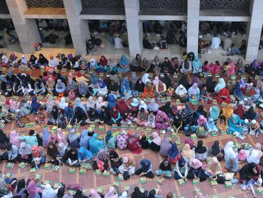 Umat muslim menanti waktu berbuka puasa pada hari kedua bulan Ramadan di Masjid Istiqlal, Jakarta, Minggu (28/5). Panitia masjid menyiapkan dana sekitar Rp3 miliar pada Ramadan 1438 H. (Liputan6.com/Helmi Afandi)