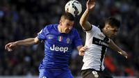 Juventus' Simone Padoin (L) fights for the ball with Parma's Jose Mauri during their Italian Serie A soccer match at Tardini Stadium in Parma April 11, 2015. REUTERS/Giorgio Perottino