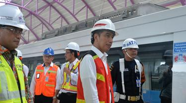 Presiden Jokowi telah melakukan uji coba LRT Sumatera Selatan dari Stasiun Bumi Sriwijaya menuju Stasiun Jakabaring, Palembang. (Foto: Humas Kemenhub)