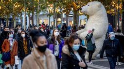 Zona pejalan kaki utama di Frankfurt ramai oleh orang-orang yang melintas di Jerman, Senin (14/12/2020). Kanselir Jerman Angela merkel mengumumkan penutupan toko, sekolah, dan pusat penitipan anak menjelang Natal untuk membendung lonjakan kasus COVID-19 mulai pekan ini.  (AP Photo/Michael Probst)
