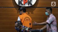 Mantan Dirut Perumda Pembangunan Sarana Jaya, Yoory Corneles Pinontoan (tengah) digiring petugas di Gedung KPK, Jakarta, Kamis (27/5/2021). Yoory merupakan tersangka dugaan korupsi pengadaan tanah terkait program pembangunan rumah DP Rp 0,- di Munjul Pondok Ranggon. (Liputan6.com/Helmi Fithriansyah)