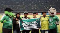Suporter Persebaya, Bonek, mengumpulkan donasi Rp300 juta untuk disumbangkan kepada korban gempa dan tsunami di Sulawesi Tengah. (Bola.com/Aditya Wany)