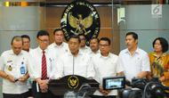 Menkopolhukam Wiranto bersama Mendagri Tjahjo Kumolo dan KSP Moeldoko memberi keterangan usai rapat koordinasi tentang keamanan pasca-pemilu 2019 di Jakarta, Rabu (24/4). Wiranto menjelaskan Sejumlah isu seperti hoaks dan tuduhan yang berakibat pada delegitimasi KPU. (Liputan6.com/Angga Yuniar)