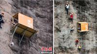 (Credits: Chinanews) Para wisatawan tengah memanjat tebing sambil membeli minuman di warung