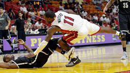 Guard Miami Heat, Dion Waiters (11), berebut bola dengan pemain guard Brooklyn Nets, Isaiah Whitehead, dalam laga pramusim NBA 2016-2017 di American Airlines Arena, Miami, Florida, AS, Selasa (11/10/2016). (AP Photo/Alan Diaz)