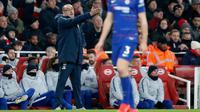 Pelatih Chelsea, Maurizio Sarri memberi instruksi ke para pemainnya saat bertanding melawan Arsenal pada lanjutan Liga Inggris di stadion Emirates di London (19/1). Arsenal menang 2-0 atas Chelsea. (AP Photo/Frank Augstein)