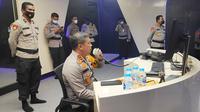 Kepala Polda Riau Irjen Agung Setya Imam Effendi memantau situasi Pilkada Riau melalui Dashboard Lancang Kuning. (Liputan6.com/M Syukur)