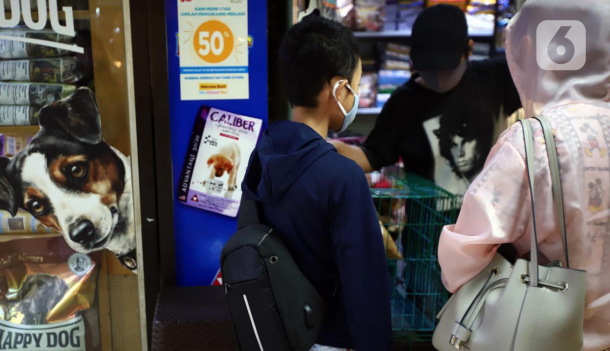 Pelanggan melihat perawatan hewan peliharaannya di salah satu toko hewan peliharaan di Jakarta, Kamis (29/10/2020). Sejumlah toko hewan peliharaan sepi pelanggan akibat DKI Jakarta masih memberlakukan PSBB transisi untuk memutus penyebaran COVID-19. (merdeka.com/Imam Buhori)