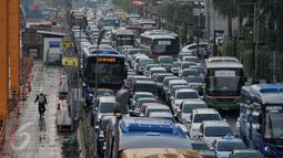 Kendaraan terjebak macet jelang jam berbuka puasa di Bundaran Hotel Indonesia, Jakarta, Senin (6/6). Menjelang waktu berbuka puasa hari pertama ini berbagai ruas jalan di Jakarta di penuhi kendaraan dan Kemacetan parah. (Liputan6.com/Johan Tallo)