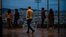 Orang-orang menikmati pemandangan matahari terbenam di Kota Barcelona, Spanyol, 25 Oktober 2020. PM Spanyol Pedro Sanchez mengumumkan Status Darurat untuk meredam penyebaran COVID-19, beberapa hari setelah Spanyol menjadi negara Uni Eropa pertama yang menembus angka 1 juta kasus. (Xinhua/Joan Gosa)