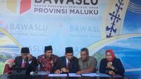 Para komisioner Bawaslu Maluku ketika memberikan keterangn pers terkait dengan penemuan belasan ribu data ganda di DPT Pemilu 2019. (Liputan6.com/Abdul Karim)