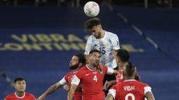 Nicolas Gonzalez mampu tampil mengancam gawang Chile di awal pertandingan. Tiga peluang beruntun dilesatkan oleh Gonzales lewat tandukan dan sepakannya. Namun sayang tak ada yang berbuah gol. (Foto: AP/Silvia Izquierdo)