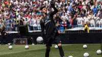 Kiper asal Belgia Thibaut Courtois selama presentasi dirinya menjadi pemain Real Madrid di stadion Santiago Bernabeu (9/8). Courtois resmi didapatkan Madrid dari Chelsea hingga musim 2023/24. (AP Photo/Andrea Comas)