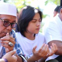 Pemain film Si Doel ziarah ke Makam Pak Tile (Adrian Putra/bintang.com)