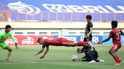 Pemain PSM Makassar, Willem Jan Pluim (tengah) terjatuh usai dihadang pemain Barito Putera, Azamat Daimatov dalam laga pekan ke-5 BRI Liga 1 2021/2022 di Stadion Wibawa Mukti, Cikarang, Senin (27/9/2021). PSM kalah 0-2. (Bola.com/Ikhwan Yanuar)