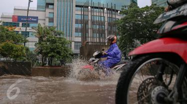 20151124-Awas, Jalur Lambat Rasuna Said Tergenang Air Akibat Hujan Lebat-Jakarta