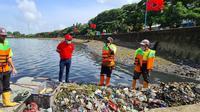 Sekjen PDIP Hasto Kristiyanto meninjau program bersih-bersih di Waduk Cincin, Jakarta Utara. (Istimewa)