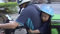Lelaki di Taiwan terpaksa harus mengajak putranya yang berusia tiga tahun untuk mengantar makanan dan minuman (Dok.YouTube/TVBS News)