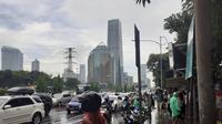 Sejumlah pengemudi Ojol tengah menunggu penumpang di depan Polda Metro Jaya, Senin (3/2/2020). (Merdeka.com)