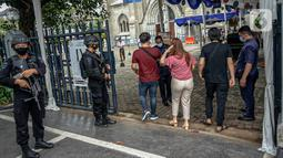 Polisi bersenjata melakukan pejagaan saat misa Minggu Paskah di Gereja Katedral, Jakarta, Minggu (4/4/2021). Pengamanan diperketat menyusul serangkaian aksi teror bebarapa waktu terakhir, yakni di Gereja Katedral Makassar dan Mabes Polri. (Liputan6.com/Faizal Fanani)