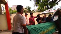 Jenazah narapidana Lapas Mata Merah Palembang dibawa pulang keluarganya (Liputan6.com / Nefri Inge)