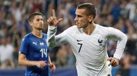 Penyerang Prancis, Antoine Griezmann berselebrasi usai mencetak gol ke gawang Italia pada pertandingan persahabatan di stadion Allianz Riviera di Nice, Prancis selatan (1/6). Prancis menang telak 3-1 atas Italia. (AP Photo / Claude Paris)