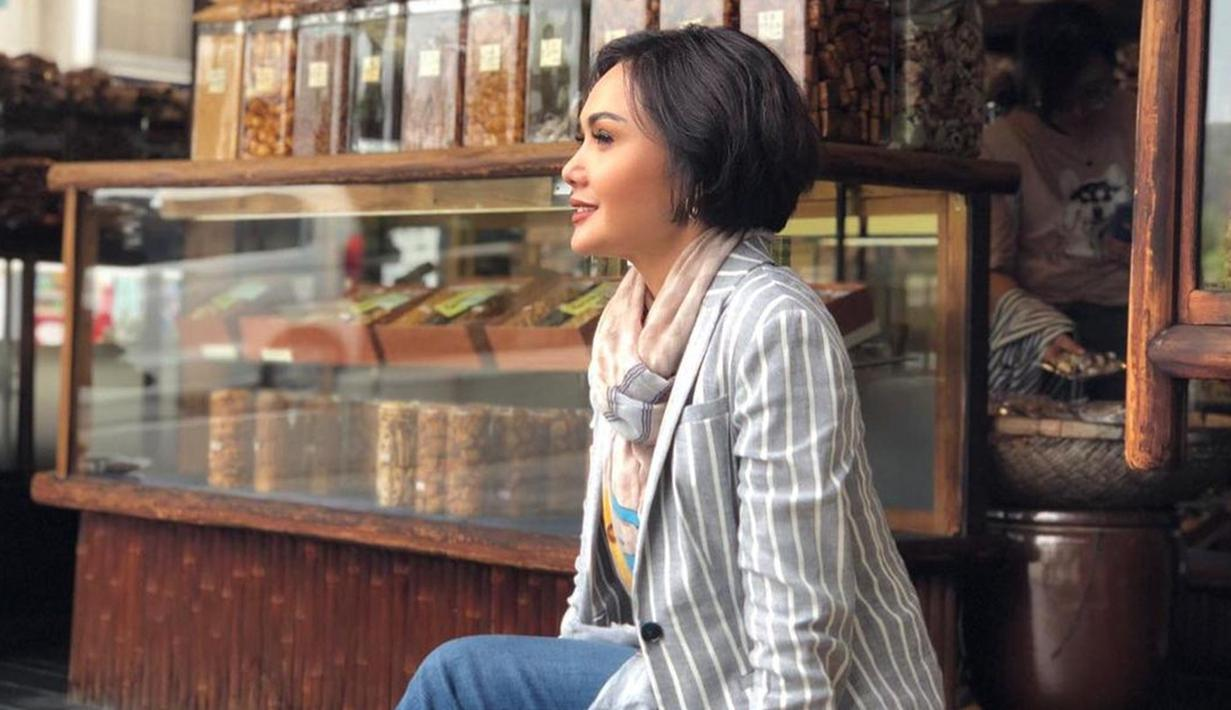 Wahyu Setyaning Budi atau Yuni Shara dikenal luas sebagai salah satu penyanyi senior. Bahkan, penampilan kakak Krisdayanti ini sering jadi sorotan netizen. (Liputan6.com/IG/@yunishara36)