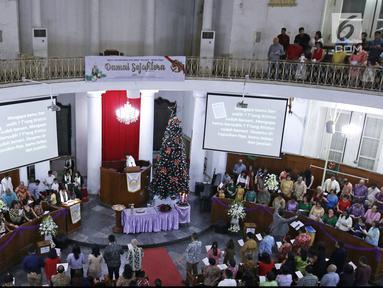 Ratusan umat Kristiani mengikuti Misa Natal di Gereja Protestan Indonesia Barat (GPIB) Immanuel, Gambir, Jakarta, Minggu (24/12). Misa Natal 2017 mengusung tema Damai Sejahtera. (Liputan6.com/Herman Zakharia)
