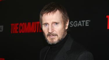 Aktor Liam Neeson menghadiri premiere film terbarunya, THE COMMUTER, di New York, 8 Januari 2018. Pada kesempatan itu, Liam tampil penuh pesona dengan dandanan yang keren. (Photo by Andy Kropa/Invision/AP)