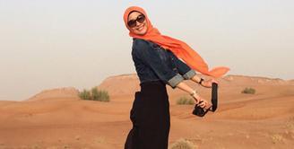 Citra Kirana di padang pasir Dubai dalam rangkaiannya melakukan umroh sekaligus liburan. Pose melompat ini seakan menunjukkan Citra Kirana terbang. (via instagram/@citraciki)