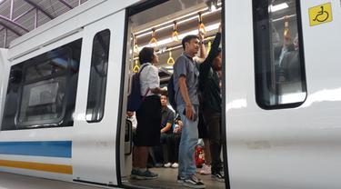 Warga Palembang tetap antusias meski kini naik Kereta api ringan atau light rail trainset (LRT) Palembang tak lagi gratis. (Nurseffi/Liputan6.com)