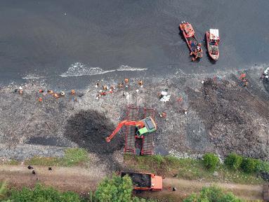 Foto aerial suasana gerebek sampah di Pesisir Teluk Jakarta, Cilincing, Jakarta Utara, Minggu (15/4). Kegiatan ini dilakukan dalam rangka memperingati Hari Peduli Sampah Nasional (HPSN) 2018. (Liputan6.com/Arya Manggala)