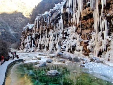 Foto dari udara menunjukkan sejumlah pengunjung menikmati pemandangan air terjun beku di objek wisata Gunung Yuntai, Jiaozuo, Provinsi Henan, China tengah, pada 24 Desember 2020. (Xinhua/Hao Yuan)