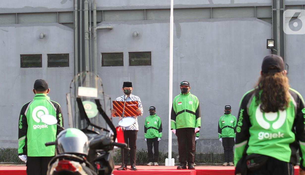 Mitra driver Gojek mengikuti upacara HUT Kemerdekaan ke-75 RI di kantor operasional Kemang Timur, Jakarta (17/8/2020). Upacara bersamaan dengan peluncuran aplikasi GoPartner sebagai aplikasi mitra driver yang terintegrasi dengan seluruh mitra driver di Asia Tenggara.(Liputan6.com/HO/Ading)